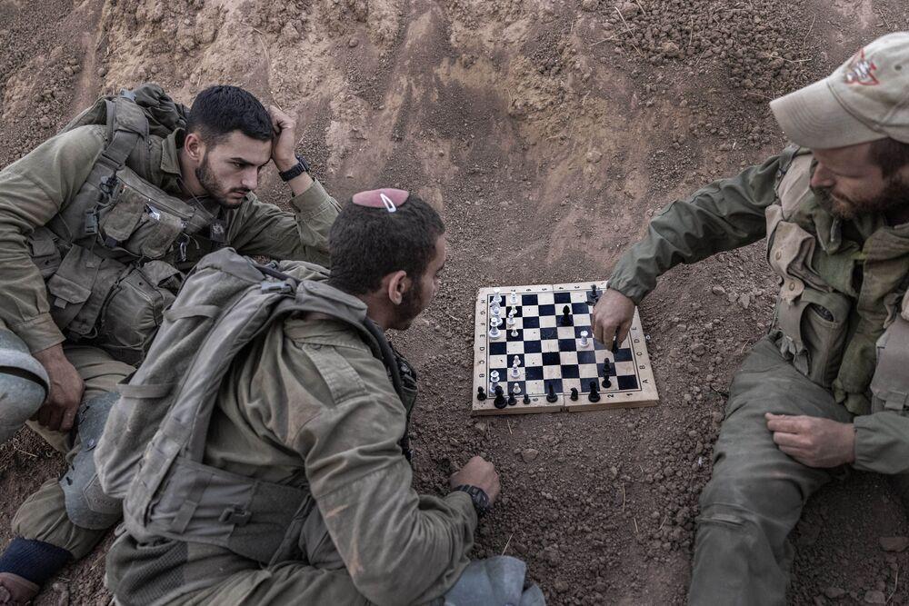 Binh sĩ Israel chơi cờ tại cứ điểm