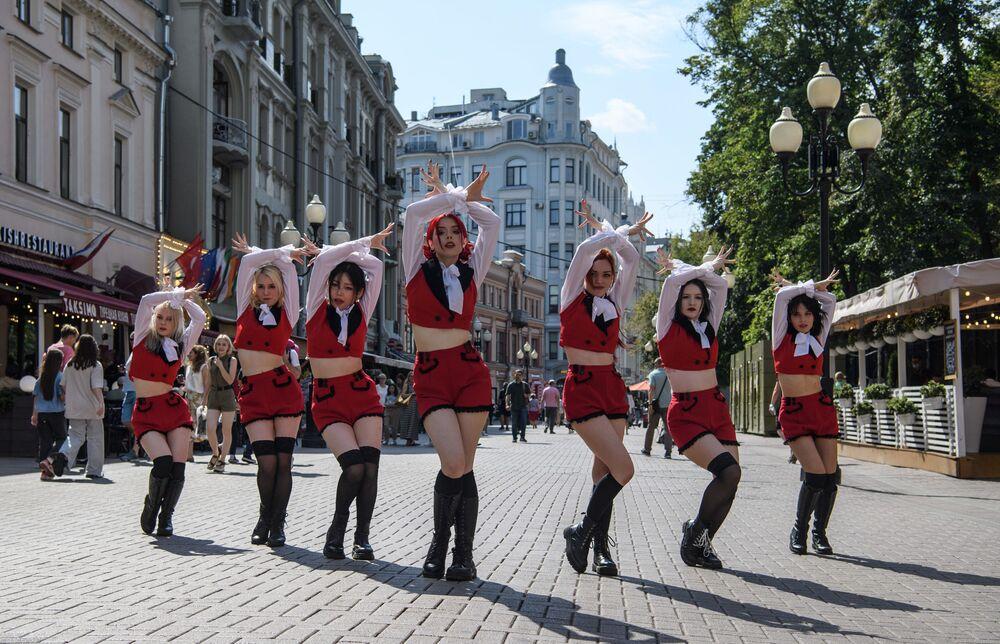 Nhóm khiêu vũ trình diễn trên phố Arbat ở Matxcơva