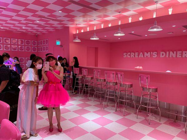 Chụp ảnh tại quán Scream's Diner trong Bảo tàng Kem ở Singapore - Sputnik Việt Nam