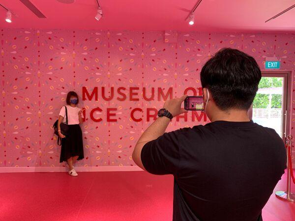 Chụp ảnh trước tấm biển ở lối vào Bảo tàng Kem ở Singapore - Sputnik Việt Nam