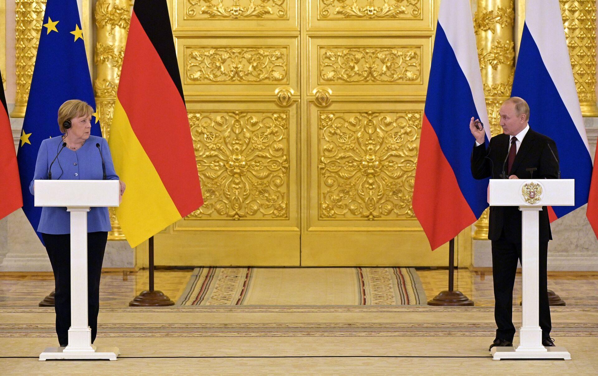 Tổng thống Nga Vladimir Putin và Thủ tướng Đức Angela Merkel trong cuộc họp báo - Sputnik Việt Nam, 1920, 05.10.2021