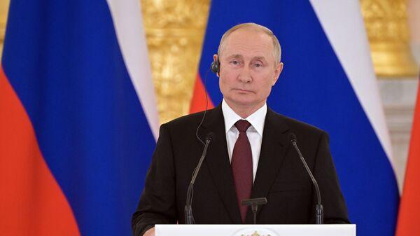 Tổng thống Nga Vladimir Putin trong cuộc họp báo sau cuộc hội đàm với Angela Merkel - Sputnik Việt Nam