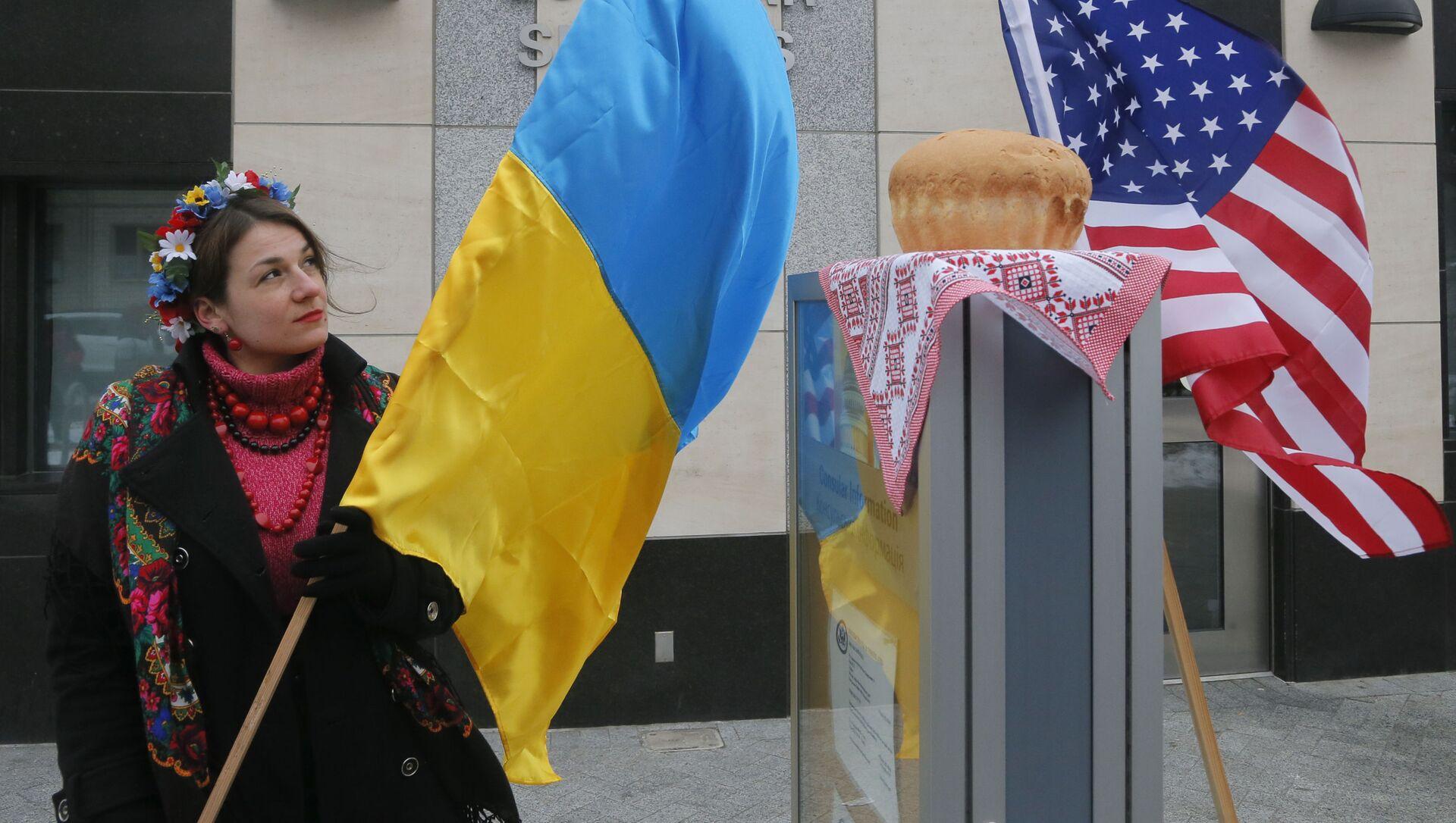 Cô gái với lá cờ Ukraina trước Đại sứ quán Hoa Kỳ ở Kiev - Sputnik Việt Nam, 1920, 23.08.2021