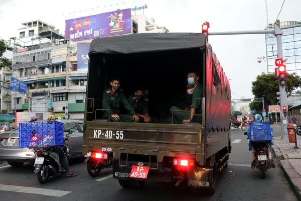 Xe tải chở bộ đội tại TP Hồ Chí Minh   - Sputnik Việt Nam