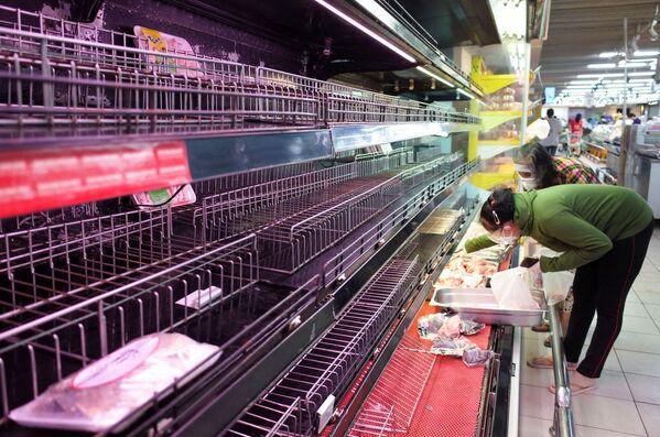 Tìm kiếm thực phẩm trên các kệ trống rỗng của một cửa hàng ở TP Hồ Chí Minh - Sputnik Việt Nam
