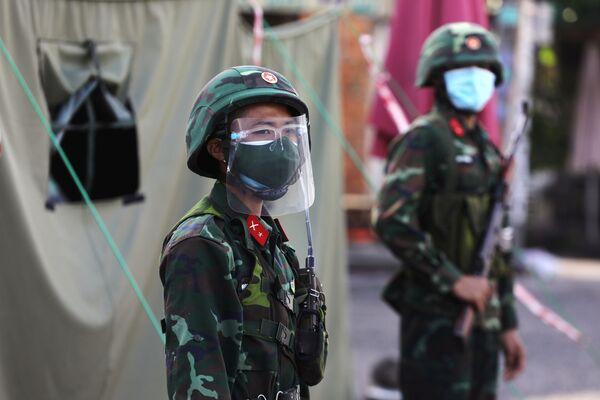 Các quân nhân trên phố trong thời gian phong toả ở TP Hồ Chí Minh   - Sputnik Việt Nam