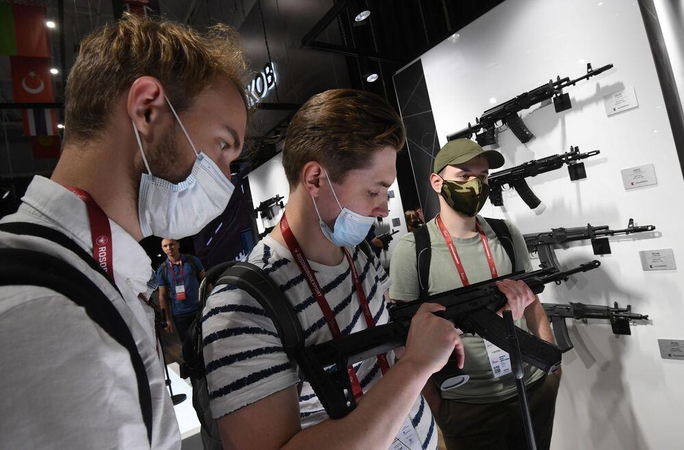 """AKV-521 với một nòng ngắn bổ sung của công ty """"Kalashnikov»"""