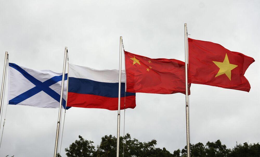 Lá cờ Andreevsky và các quốc kỳ Nga, Trung Quốc và Việt Nam (từ trái sang phải) trong lễ khai mạc Hội thao quân sự quốc tế Army Games 2021 tại Vladivostok