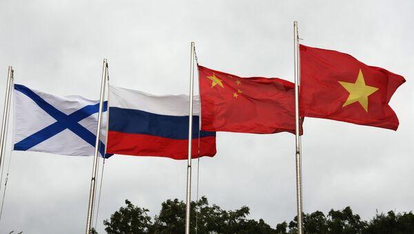 Lá cờ Andreevsky và các quốc kỳ Nga, Trung Quốc và Việt Nam (từ trái sang phải) trong lễ khai mạc Hội thao quân sự quốc tế Army Games 2021 tại Vladivostok - Sputnik Việt Nam