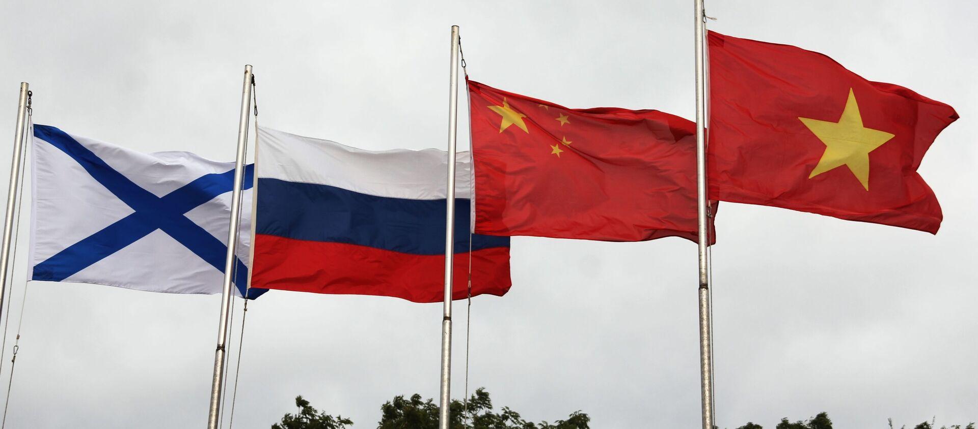 Lá cờ Andreevsky và các quốc kỳ Nga, Trung Quốc và Việt Nam (từ trái sang phải) trong lễ khai mạc Hội thao quân sự quốc tế Army Games 2021 tại Vladivostok - Sputnik Việt Nam, 1920, 26.08.2021