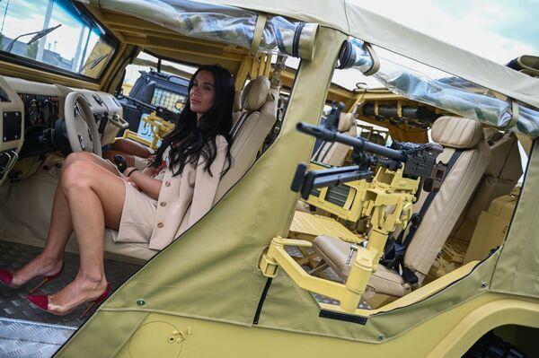 Khách tham quan khoang xe SBM VPK-233136 Tiger (kết cấu Buggy) tại Diễn đàn Quốc tế ARMY-2021, diễn ra  tại Trung tâm Triển lãm và Hội nghị Patriot. - Sputnik Việt Nam
