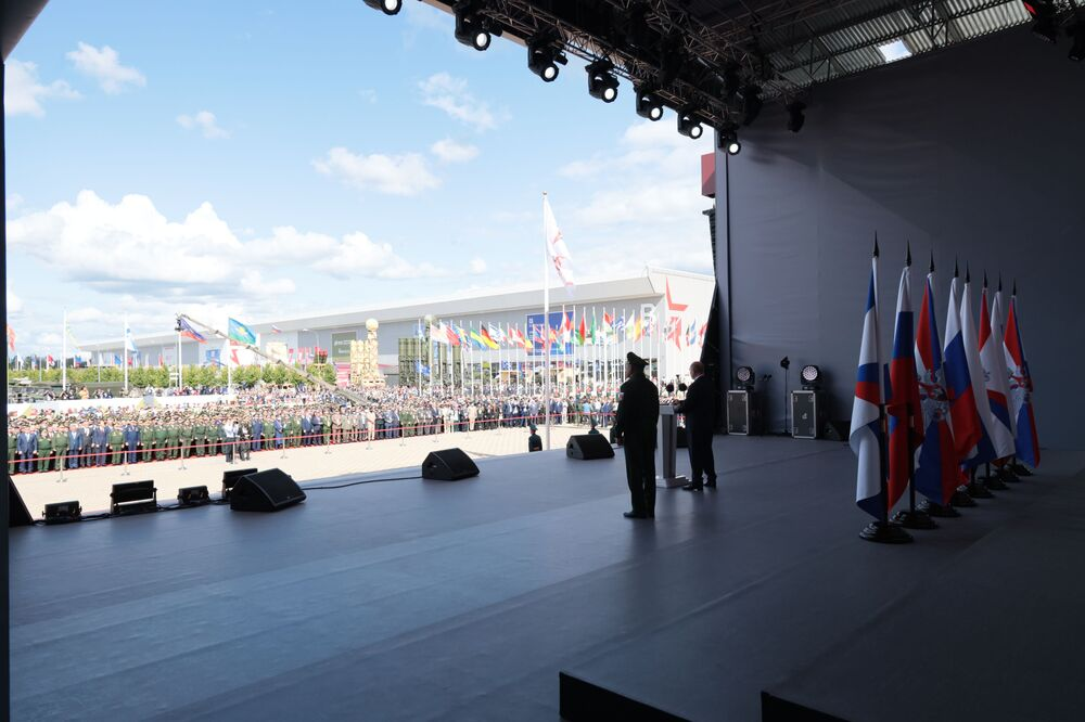 Tổng thống Nga Vladimir Putin tham dự lễ khai mạc Diễn đàn kỹ thuật-quân sự quốc tế ARMY-2021 và Hội thao quân sự quốc tế tại công viên quân sự-yêu nước Patriot ở Kubinka, ngoại ô Moskva.