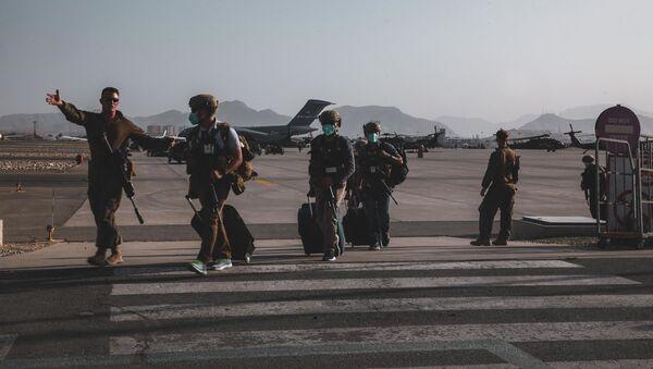 Một lính thủy đánh bộ thuộc Hải đội Viễn chinh Thủy quân lục chiến số 24 tháp tùng các nhân viên Bộ Ngoại giao chuẩn bị sơ tán tại Sân bay Quốc tế Hamid Karzai ở Kabul, Afghanistan. - Sputnik Việt Nam
