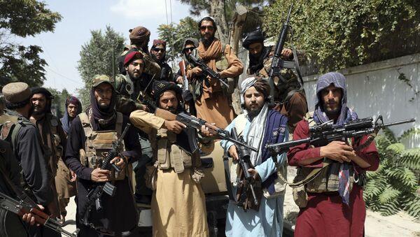 Các chiến binh Taliban chụp ảnh ở Kabul, Afghanistan, Thứ Năm, ngày 19 tháng 8 năm 2021 - Sputnik Việt Nam
