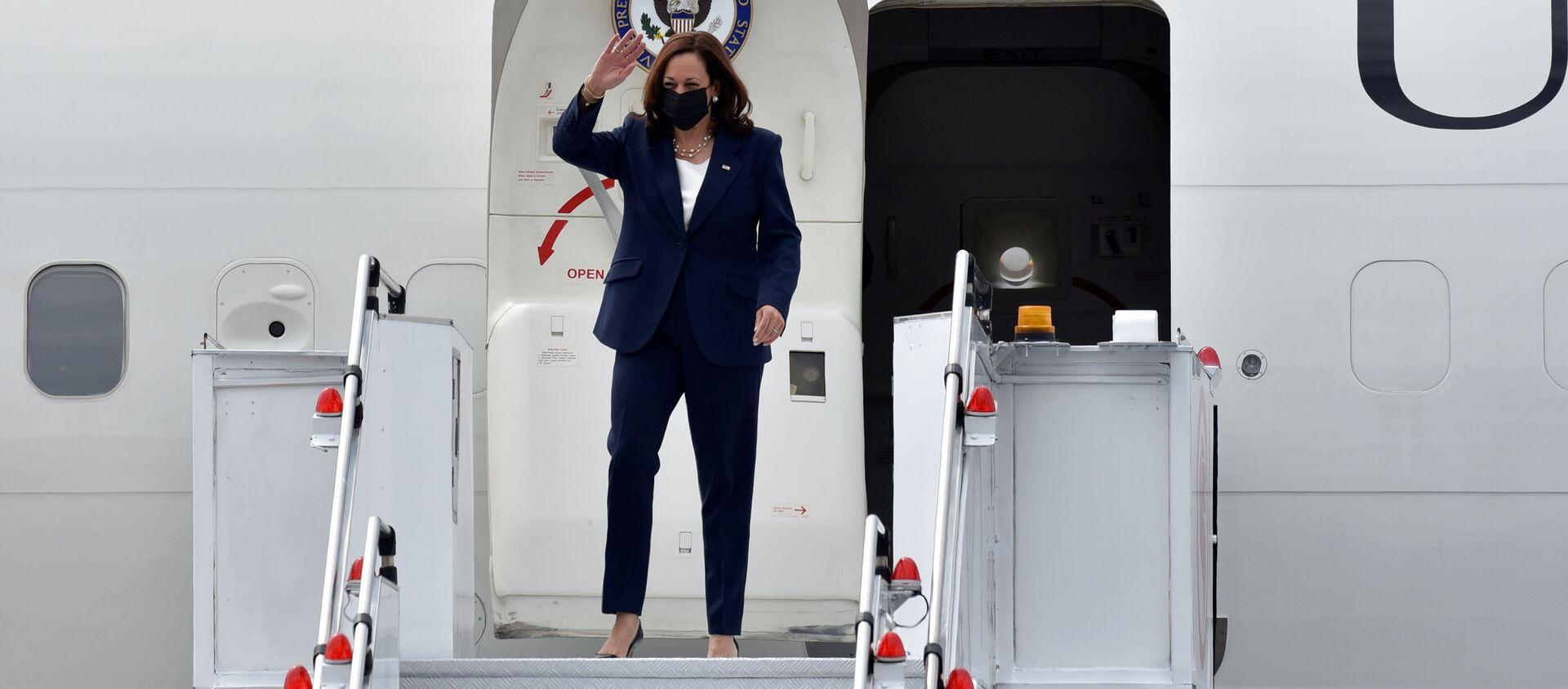 Phó Tổng thống Hoa Kỳ Kamala Harris đến Căn cứ Không quân Paya Lebar ở Singapore ngày 22 tháng 8 năm 2021 - Sputnik Việt Nam, 1920, 24.08.2021