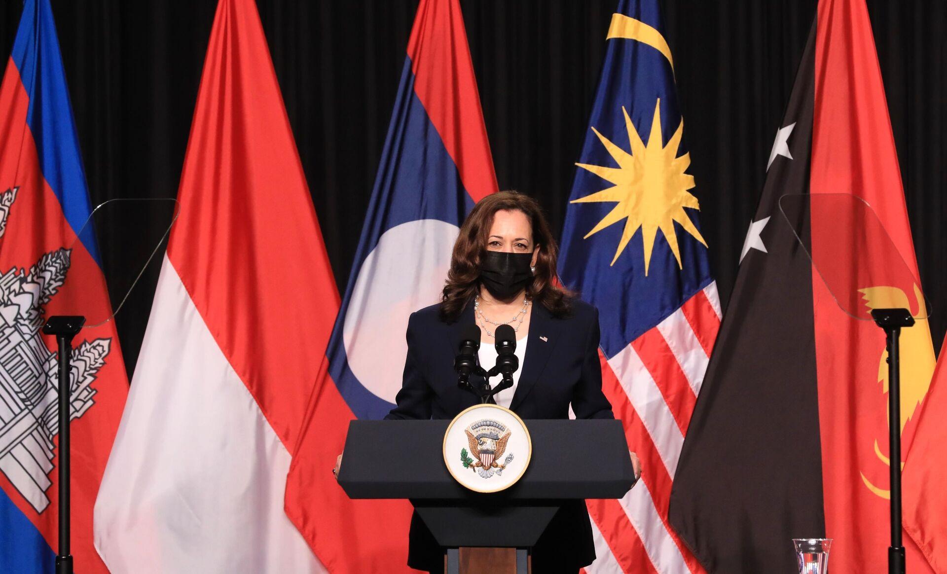 Phó Tổng thống Hoa Kỳ Kamala Harris phát biểu tại Lễ khai trương Văn phòng khu vực Đông Nam Á của Trung tâm Phòng ngừa và Kiểm soát Bệnh tật Hoa Kỳ (USCDC) tại Hà Nội. - Sputnik Việt Nam, 1920, 05.10.2021