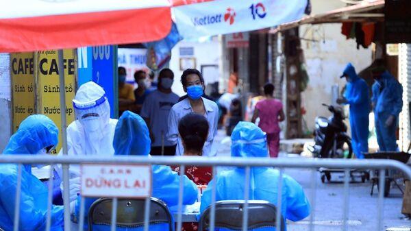 Người dân ngõ 328 Nguyễn Trãi chờ lấy xét nghiệm test COVID-19. - Sputnik Việt Nam