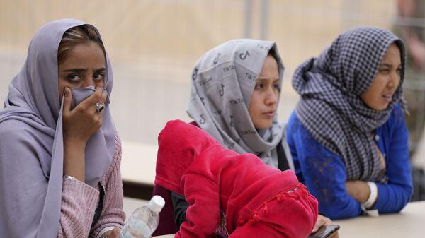 Những phụ nữ Afghanistan mới sơ tán với một đứa trẻ tại căn cứ không quân Ramstein của Mỹ, Đức - Sputnik Việt Nam