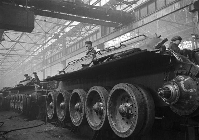 Dây chuyền lắp ráp xe tăng tại Nhà máy xe tăng Ural số 183 ở Nizhny Tagil (nay là Tập đoàn khoa học và sản xuất Uralvagonzavod mang tên F.E.Dzerzhinsky).