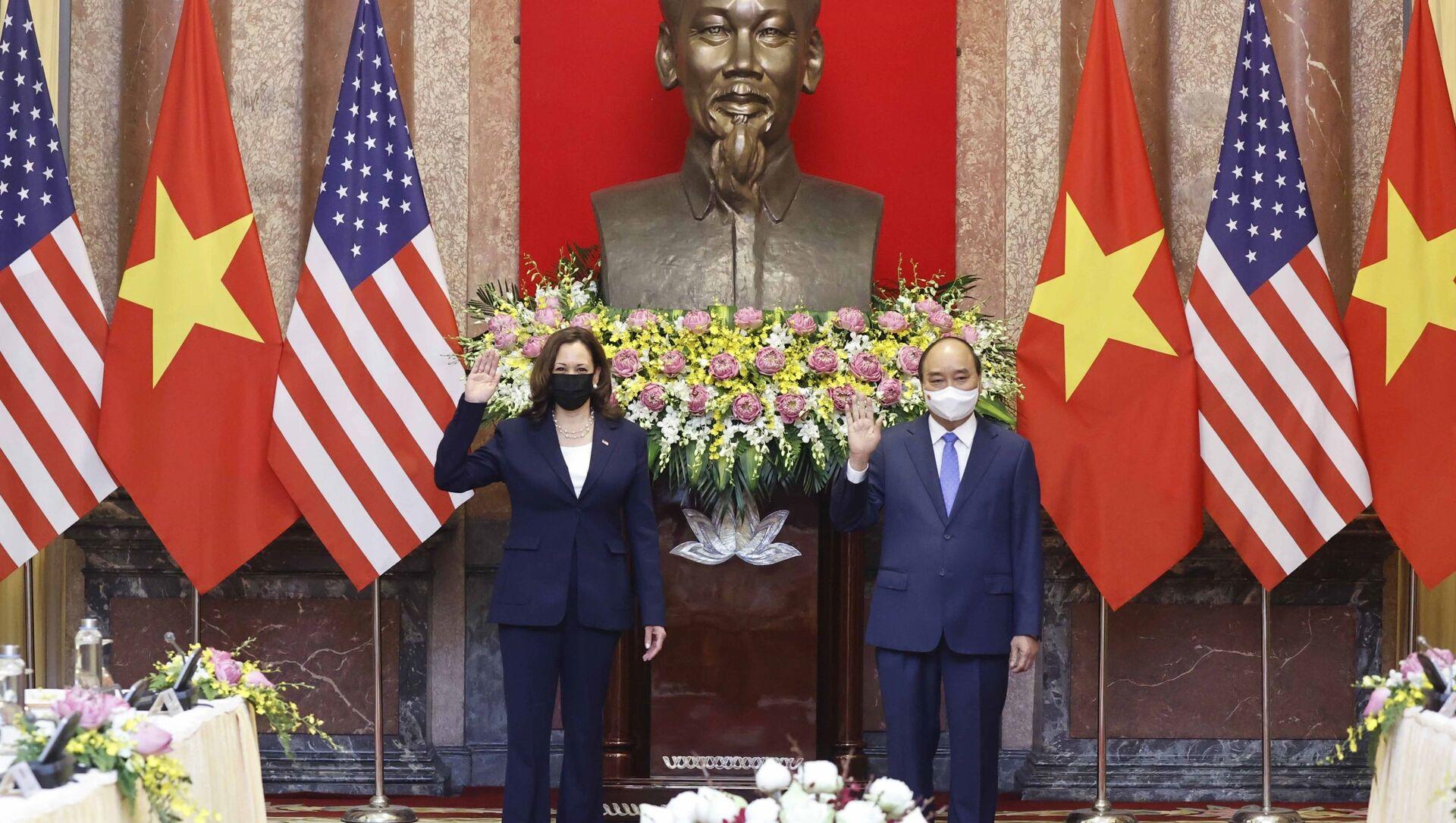 Chủ tịch nước Nguyễn Xuân Phúc và Phó Tổng thống Hoa Kỳ Kamala Harris tại buổi tiếp.  - Sputnik Việt Nam, 1920, 26.08.2021