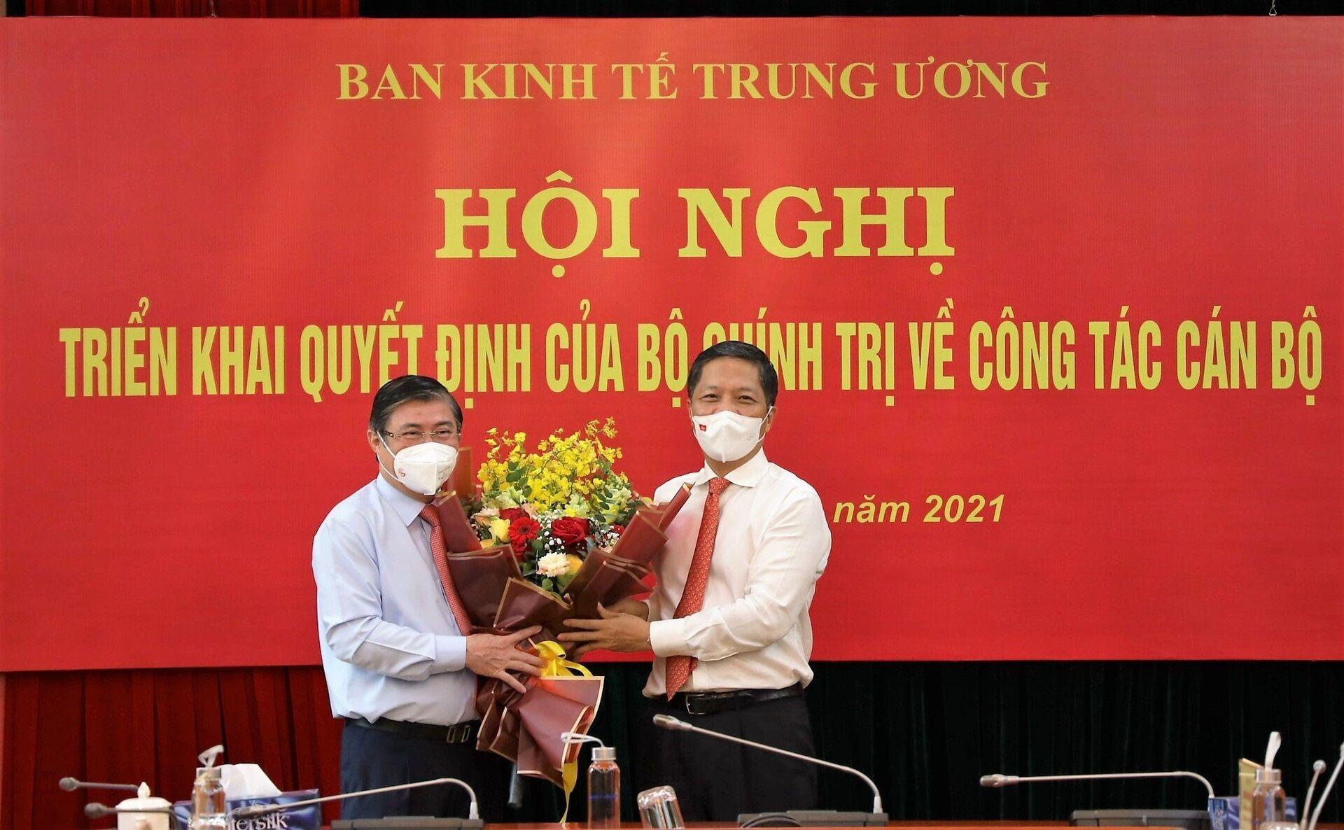 Đồng chí Trần Tuấn Anh, Uỷ viên Bộ Chính trị, Trưởng Ban Kinh tế Trung ương trao quyết định cho đồng chí Nguyễn Thành Phong. - Sputnik Việt Nam, 1920, 05.10.2021