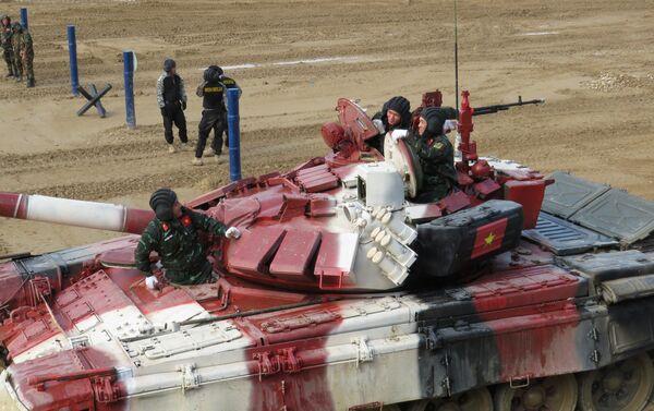 Xe tăng T-72B3 của đội Việt Nam trong cuộc đua cá nhân trong nội dung thi đấu tại giải thi đấu quốc tế Tank Biathlon-2021 - Sputnik Việt Nam