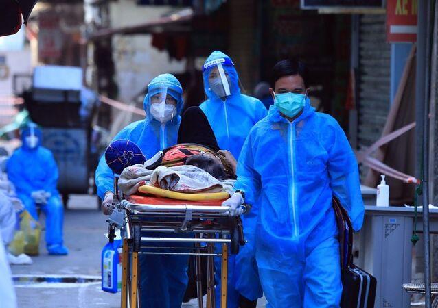Một trường hợp cấp cứu được di chuyển ra khỏi khu vực phong tỏa ngõ 328 Nguyễn Trãi.