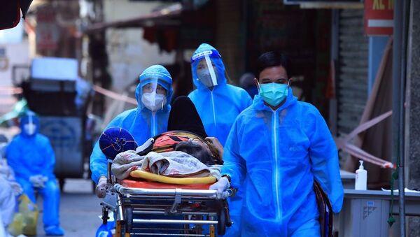 Một trường hợp cấp cứu được di chuyển ra khỏi khu vực phong tỏa ngõ 328 Nguyễn Trãi.  - Sputnik Việt Nam