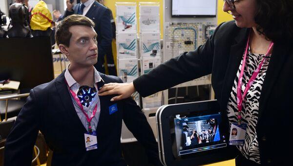 Robot hình người Robo-C từ công ty Promobot tại Triển lãm Công nghiệp Quốc tế Innoprom-2021 ở Yekaterinburg - Sputnik Việt Nam