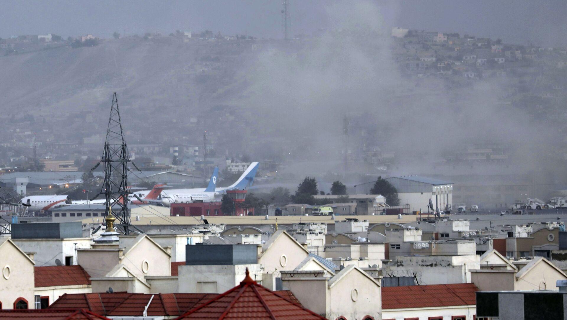 Khói từ một vụ nổ gần sân bay ở Kabul, Afghanistan - Sputnik Việt Nam, 1920, 27.08.2021