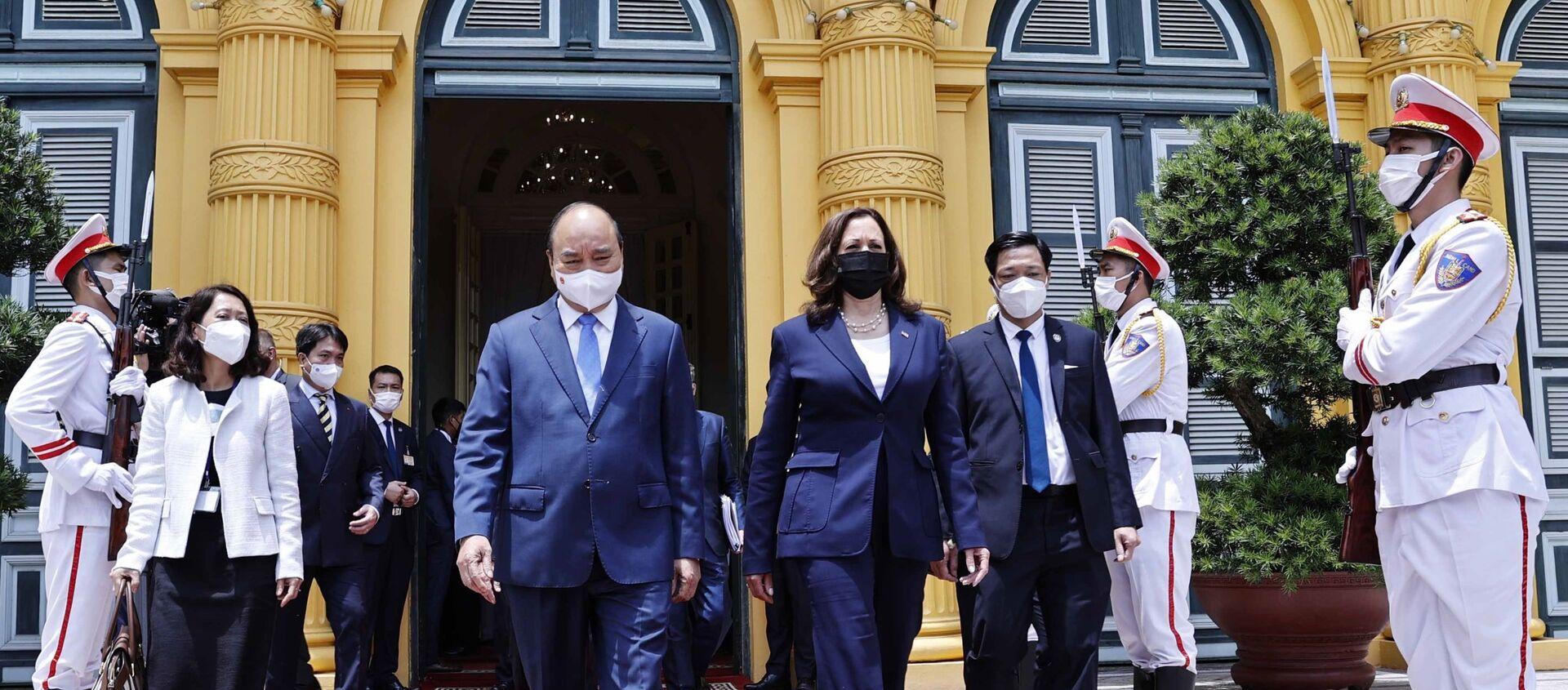 Chủ tịch nước Nguyễn Xuân Phúc tiễn Phó Tổng thống Hoa Kỳ Kamala Harris - Sputnik Việt Nam, 1920, 09.09.2021
