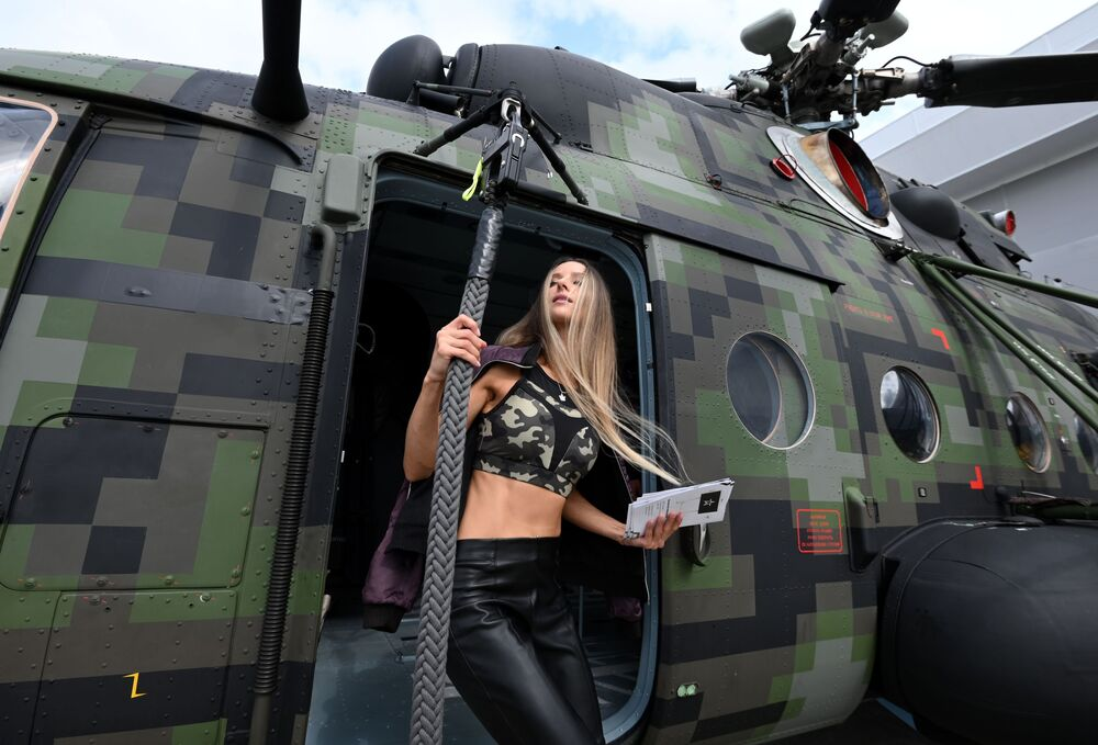 """Cô gái bên chiếc trực thăng Mi-8 tại sân trưng bày ngoài trời Trung tâm Hội nghị và Triển lãm Patriot trong thời gian diễn ra diễn đàn kỹ thuật-quân sự quốc tế """"Army-2021"""""""