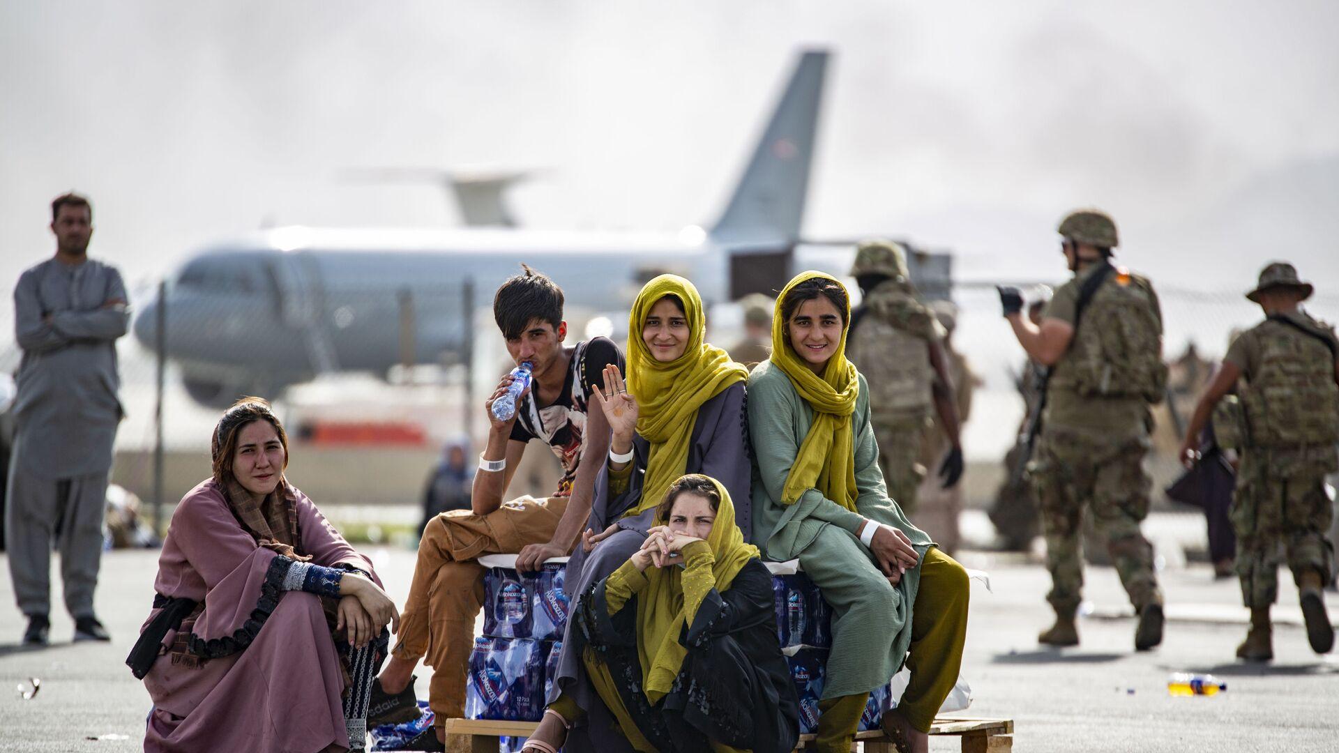 Женщины и дети в ожидании эвакуации в аэропорту Кабула  - Sputnik Việt Nam, 1920, 14.10.2021