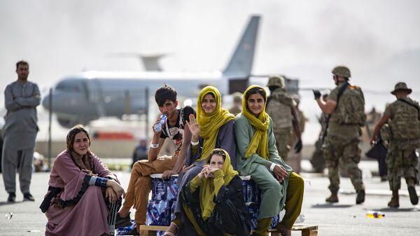 Женщины и дети в ожидании эвакуации в аэропорту Кабула  - Sputnik Việt Nam