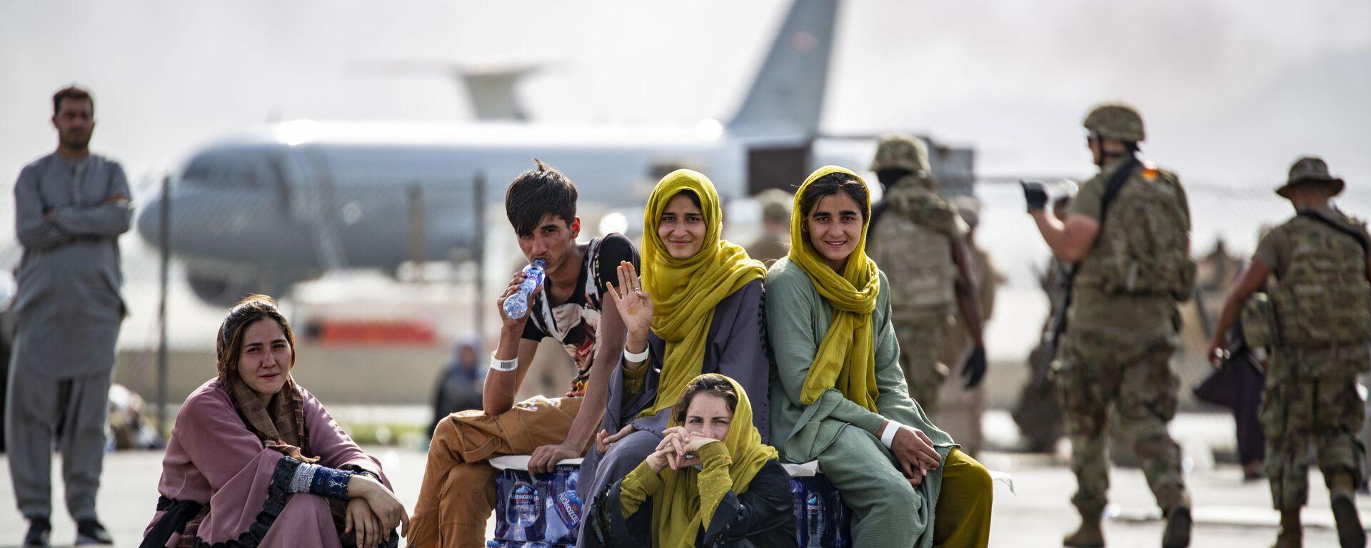 Женщины и дети в ожидании эвакуации в аэропорту Кабула  - Sputnik Việt Nam, 1920, 18.09.2021