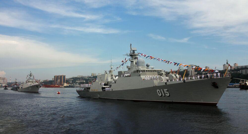Tàu 016 Quang Trung và tàu 015-Trần Hưng Đạo của Hải quân Việt Nam.