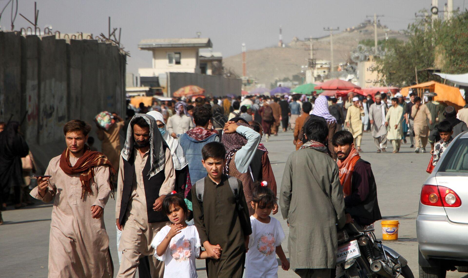 Những người ở gần Sân bay quốc tế Hamid Karzai ở Kabul, Afghanistan - Sputnik Việt Nam, 1920, 05.10.2021