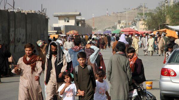 Những người ở gần Sân bay quốc tế Hamid Karzai ở Kabul, Afghanistan - Sputnik Việt Nam