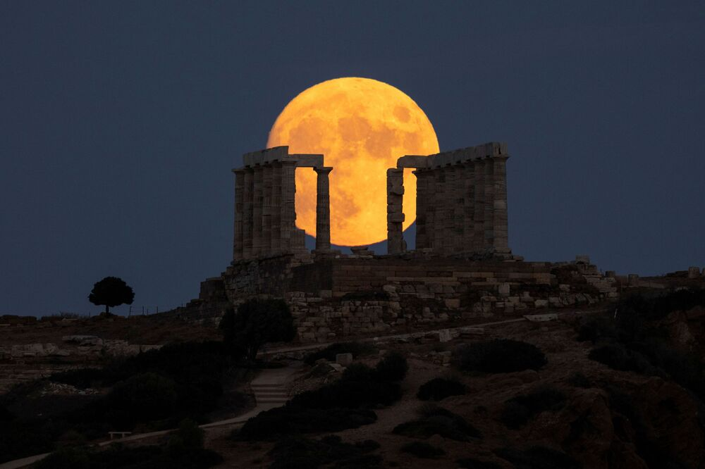 Trăng tròn trên bầu trời gần Athens