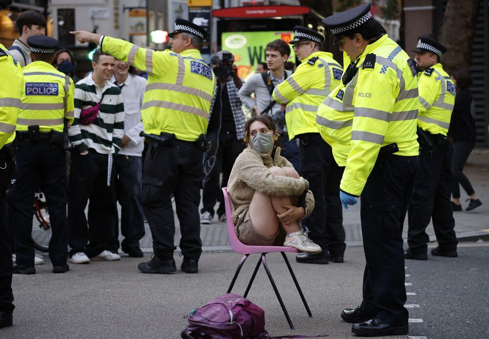 Sĩ quan cảnh sát nói chuyện với nhà hoạt động khí hậu ở trung tâm London
