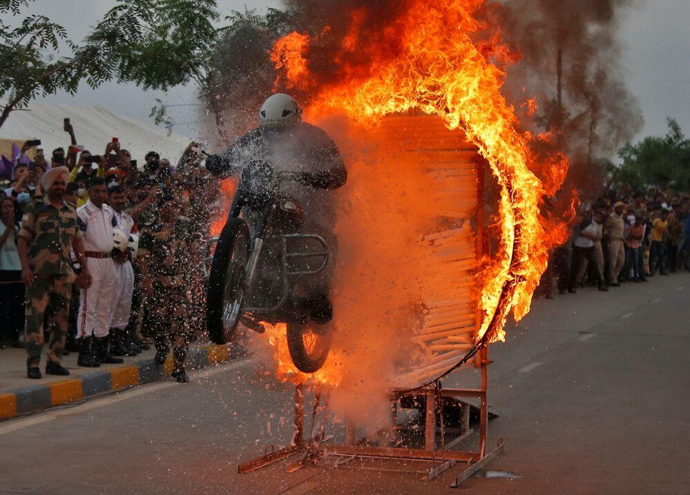 Nhân viên của Lực lượng an ninh biên giới thực hiện động tác nhào lộn trên mô tô trong buổi biểu diễn ở Ấn Độ