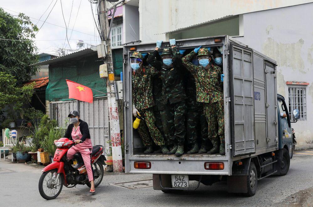 Bộ đội Việt Nam giao thực phẩm cho khu vực chốt chặn ở thành phố Hồ Chí Minh, Việt Nam