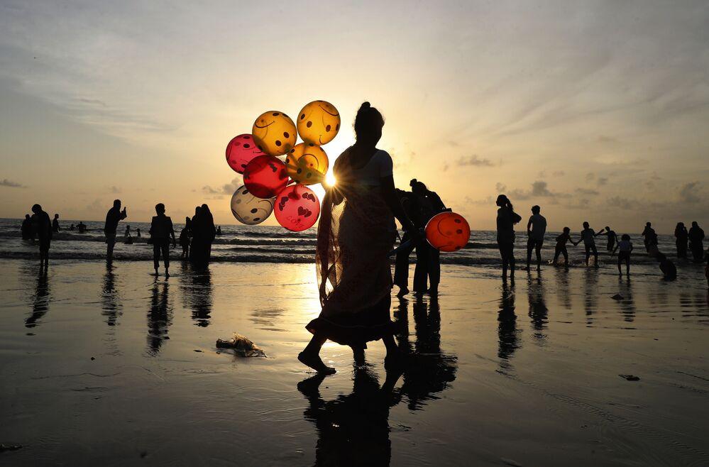 Người phụ nữ bán bóng bay tại bãi biển Juhu ở Mumbai, Ấn Độ