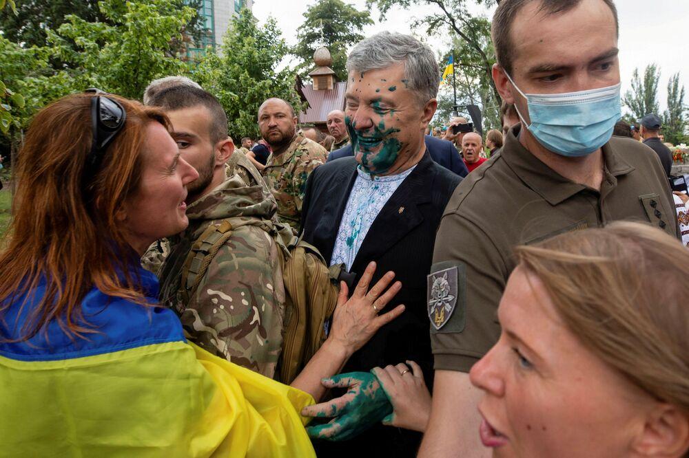 Cựu Tổng thống Ukraina Piotr Poroshenko, bị tạt thuốc tẩy trùng màu màu xanh trong sự kiện kỷ niệm Ngày Độc lập ở Kiev, Ukraina