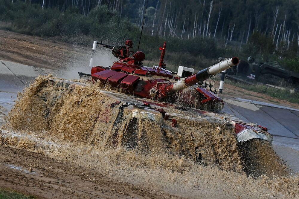 Xe tăng T-72B3 của đội Việt Nam trong cuộc đua cá nhân trong nội dung thi đấu tại giải thi đấu quốc tế Tank Biathlon-2021