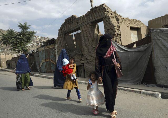 Phụ nữ và trẻ em gái Afghanistan trên đường phố ở Kabul