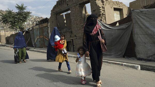 Phụ nữ và trẻ em gái Afghanistan trên đường phố ở Kabul - Sputnik Việt Nam