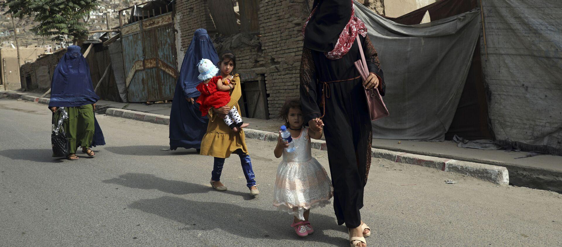 Phụ nữ và trẻ em gái Afghanistan trên đường phố ở Kabul - Sputnik Việt Nam, 1920, 10.09.2021