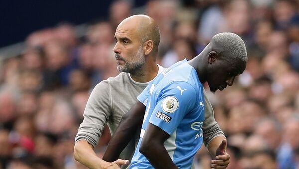 Cầu thủ Benjamin Mendy và HLV trưởng của Manchester City Pep Guardiola - Sputnik Việt Nam