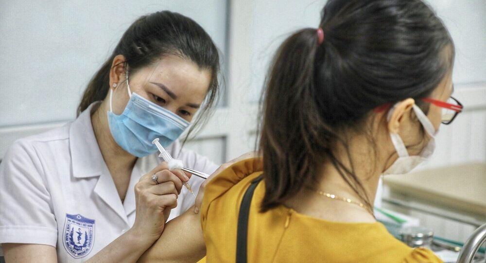 Nhân viên y tế tiêm thử nghiệm vaccine Nano Covax phòng COVID-19 giai đoạn 3